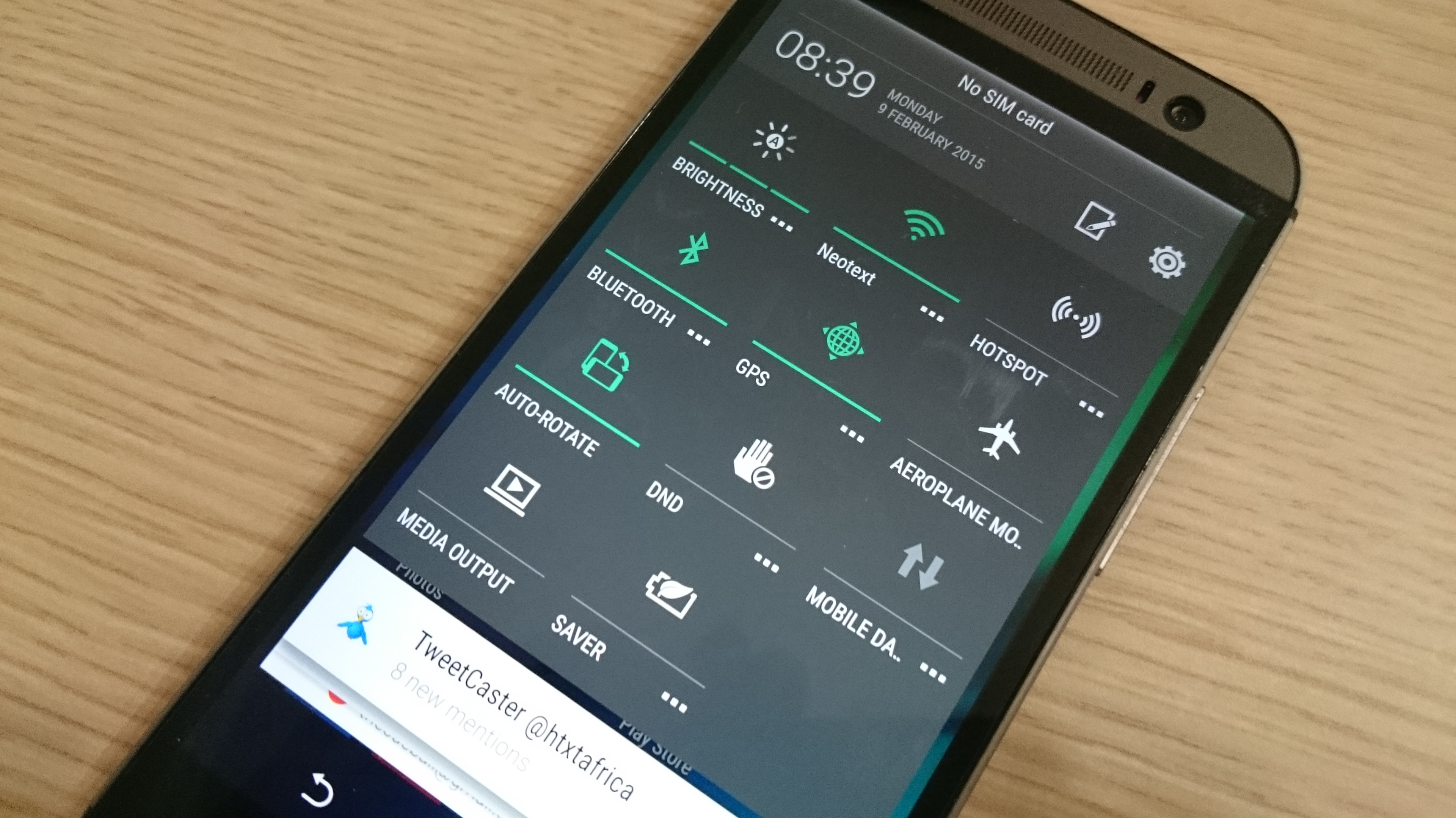 Quick settings in Lollipop, functional, customisable.