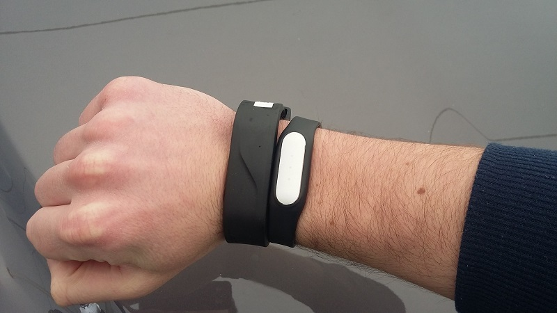 A size comparison between the Activity Key (left) and the Mi Band Pulse (right).
