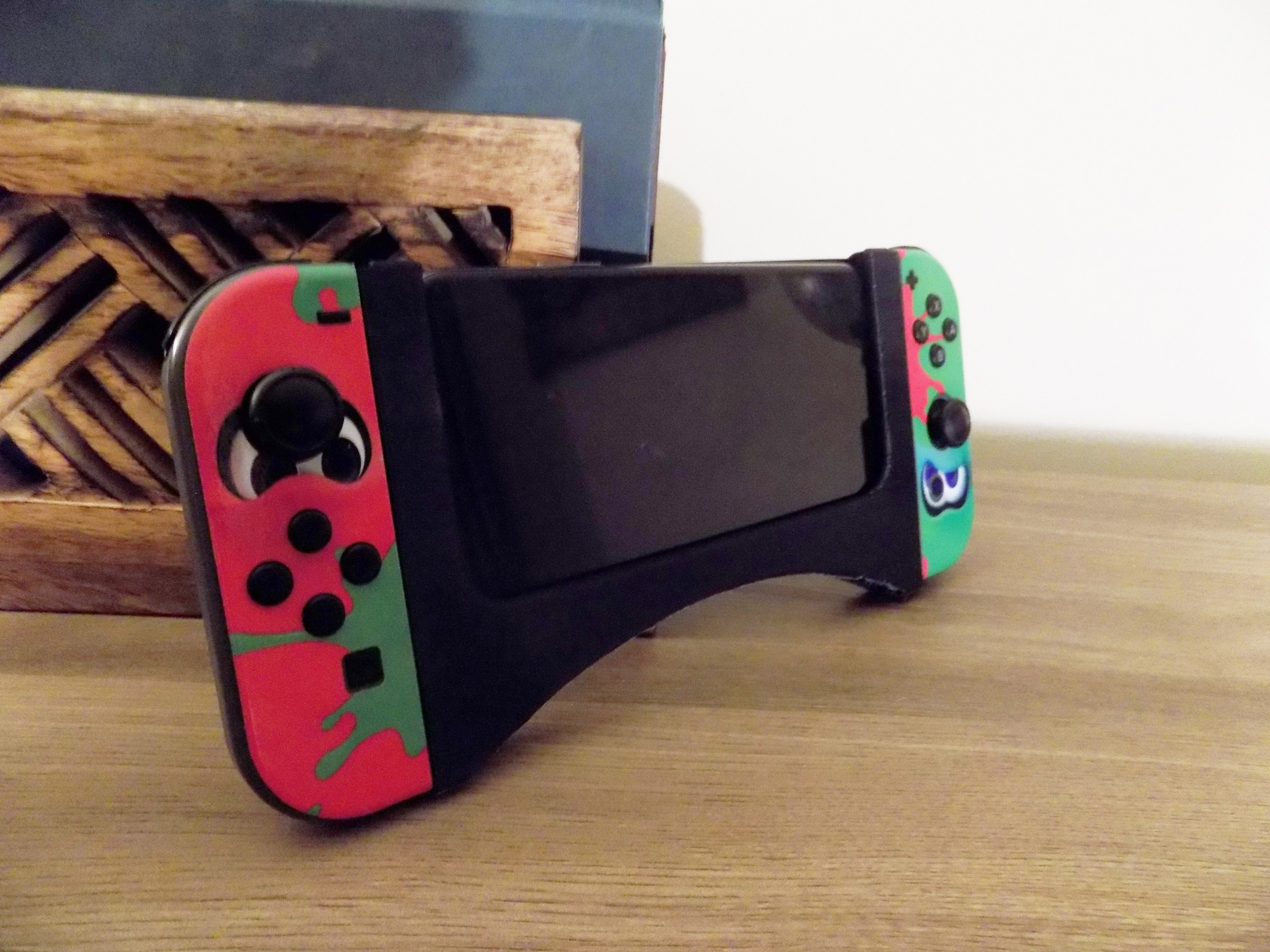 Attach the Nintendo Switch Joy-Cons to your phone with a 3D