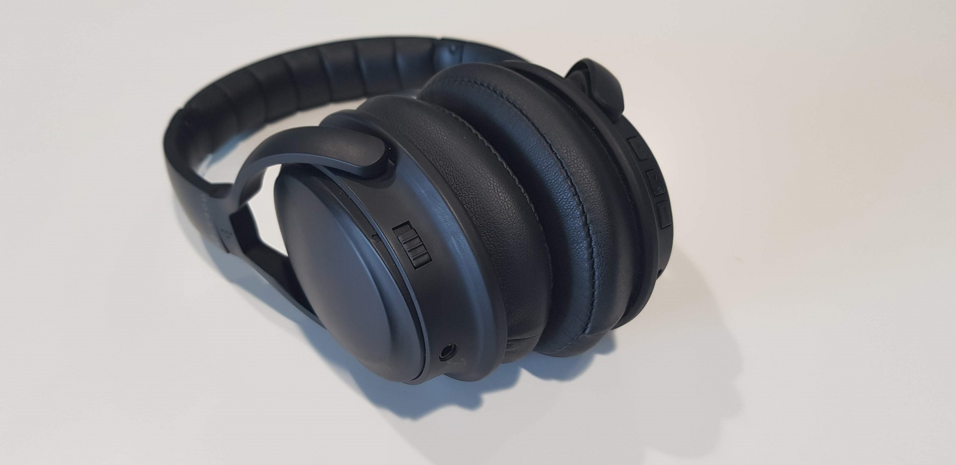 a0f9c6138d0 XQISIT oE400 Wireless Active Noise-Cancelling Headphones Review ...